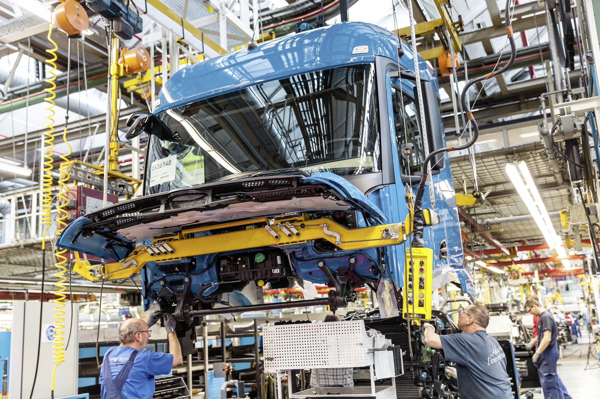 Janina Marig im Mercedes-Benz Werk Wörth
