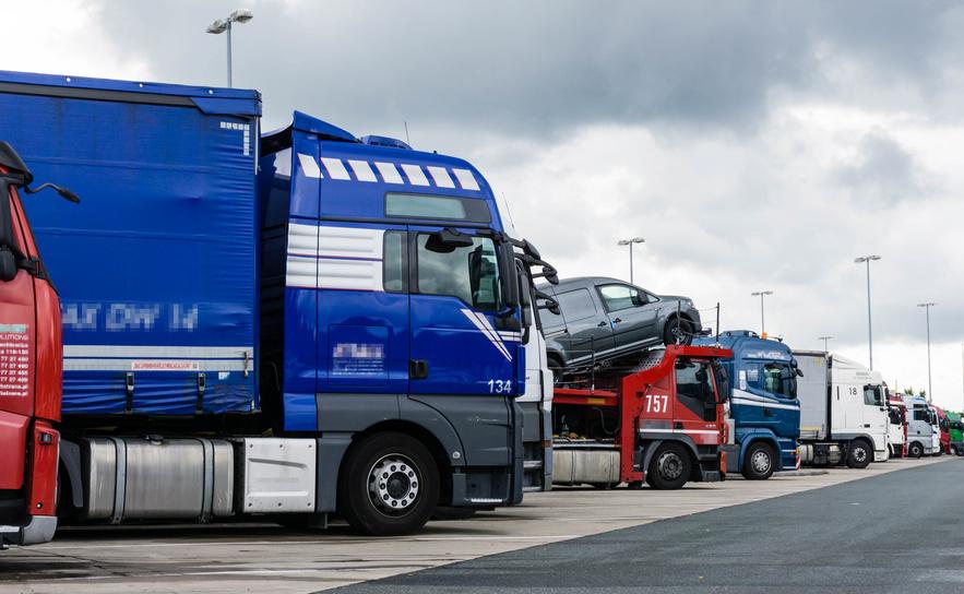 Truckeralltag: voller Parkplatz am Rasthof, Fotolia ©oxie99