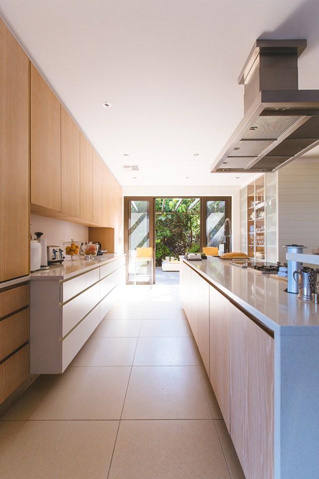Beyaz ve ahşap fayanssız bir mutfak