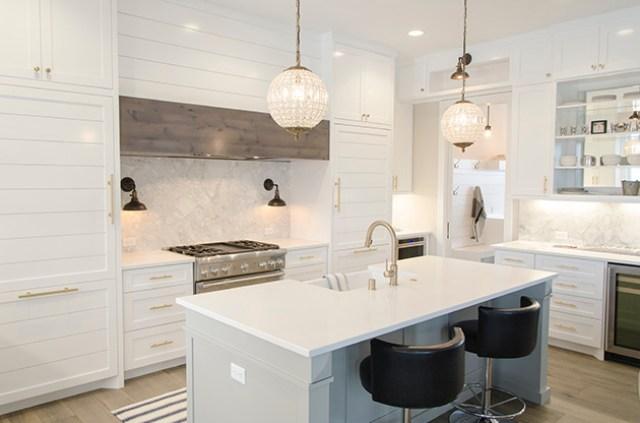 Beyaz, ahşap ve mermerden yapılmış bir mutfak