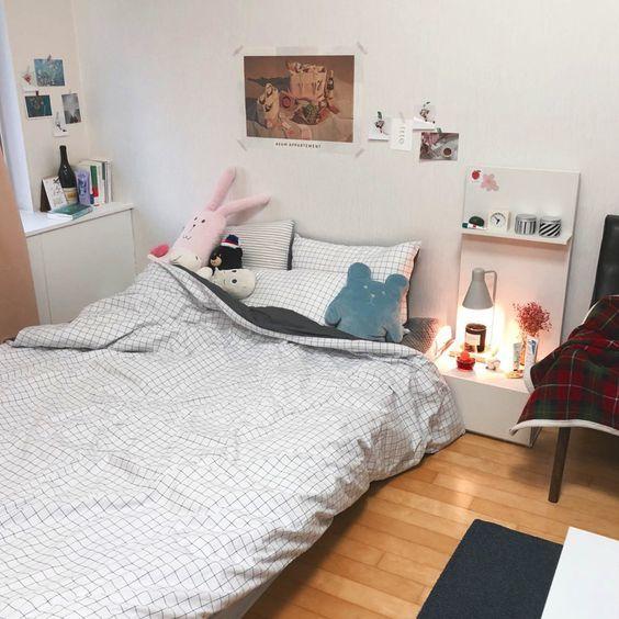 Odanın alanından yararlanmak için zemin seviyesinde bir yatak