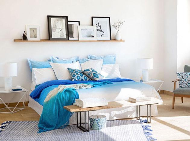 Küçük bir odada alandan yararlanmak için yatağın arkasındaki raflar