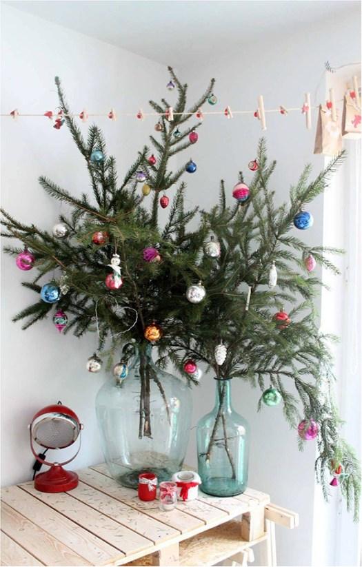 Ramas de árboles de navidad en damajuanas para espacios pequeños