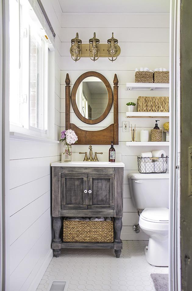 Ahşapla dekore edilmiş fayanssız bir banyo
