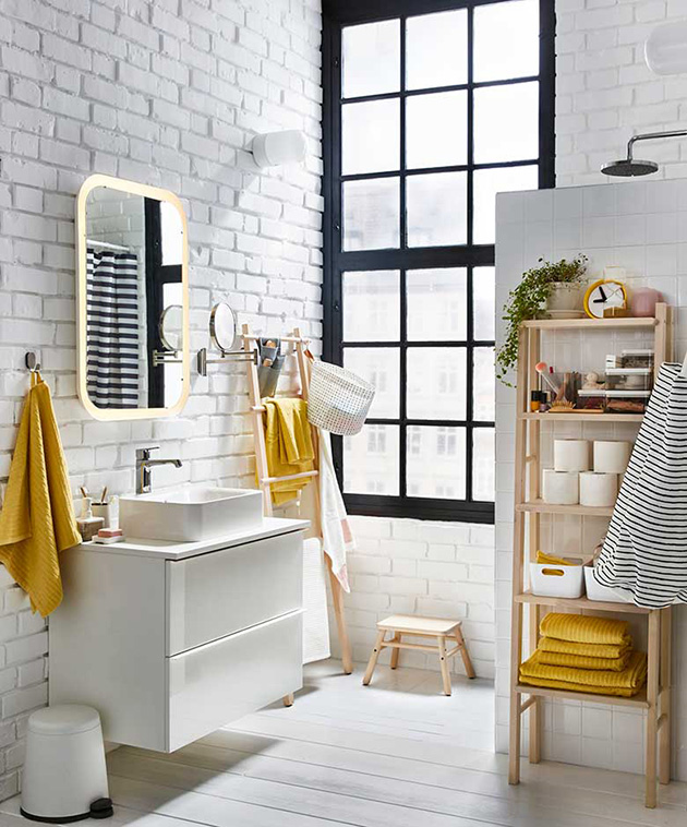 Beyaz boyalı tuğlalı, eğilmez bir banyo