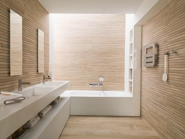 Ahşap çıtalarla kaplı fayanssız bir banyo