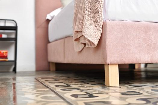 Canapé tapizado rosa abatible con patas de madera de Max Colchón