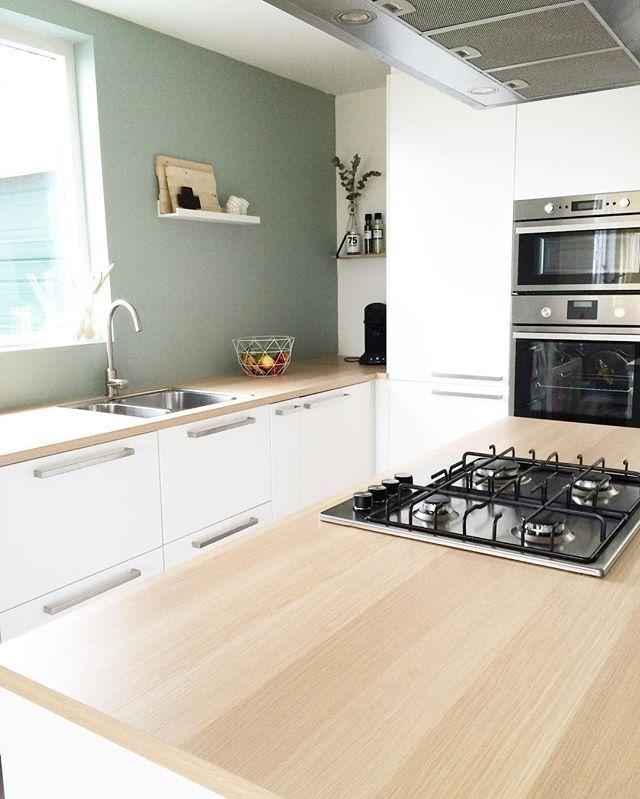 Grimsi yeşil boyalı fayanssız bir mutfak