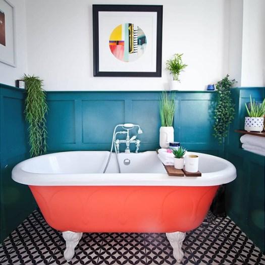 Color Azul Petróleo combinado con naranja en paredes y decoración