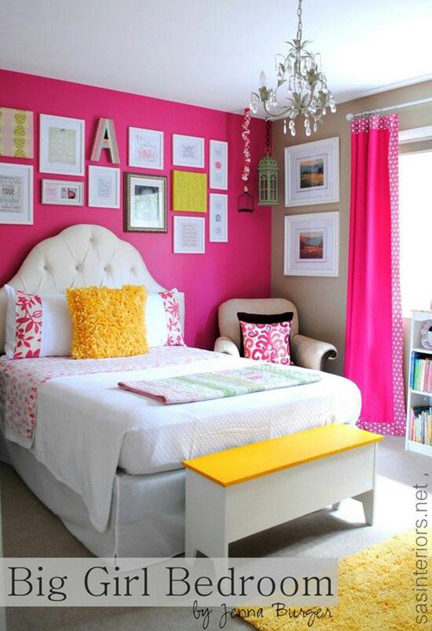 Duvarlarda pembe ve kahverenginin birleştiği bir gençlik odası