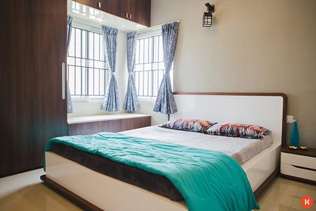 Kahverengi boyalı duvarlar ve ahşap panelli bir yatak odası