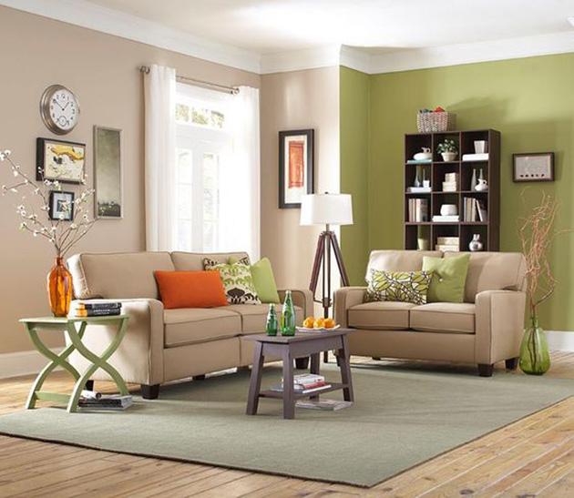 Kahverengi ve yeşil boyalı duvarlara sahip bir oturma odası