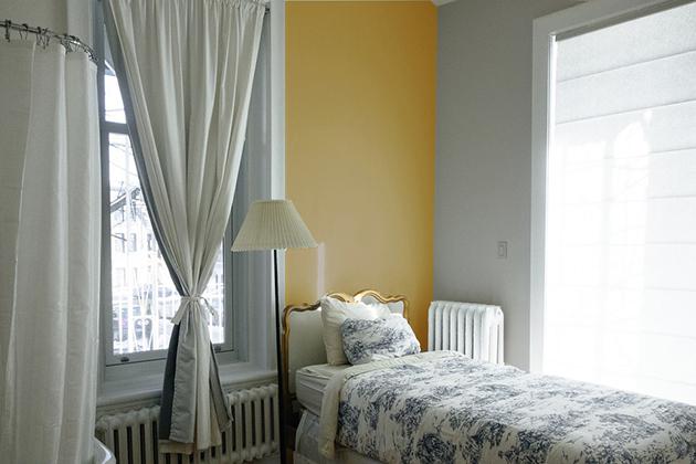 Koyu sarı duvarlarda ve dekorasyonda gri ile birleştirildi