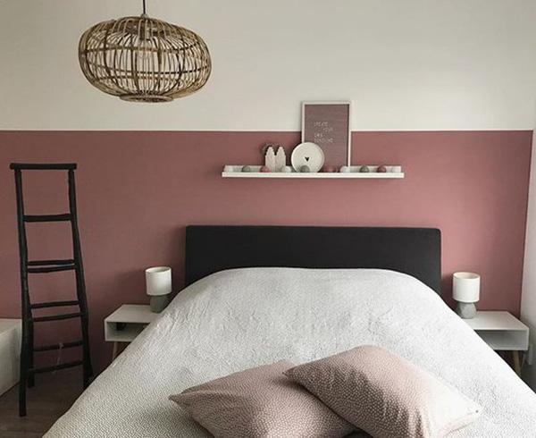 Çini rengini siyah ve beyazı birleştiren bir yatak odası