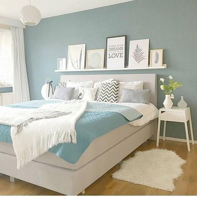 Parlak maviye boyanmış bir yatak odası