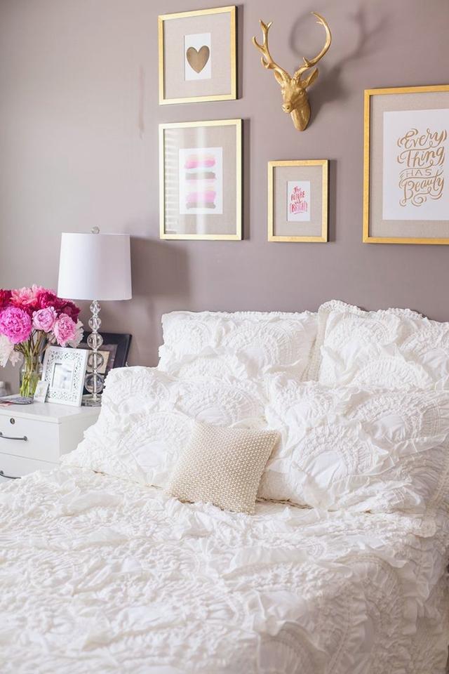 Parlak lavanta boyalı yatak odası