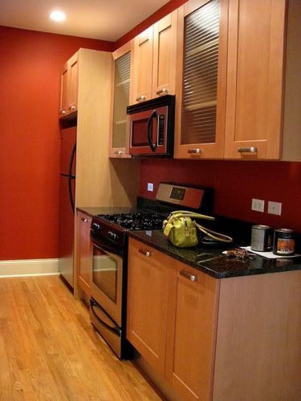 Kırmızıya boyanmış bir mutfak