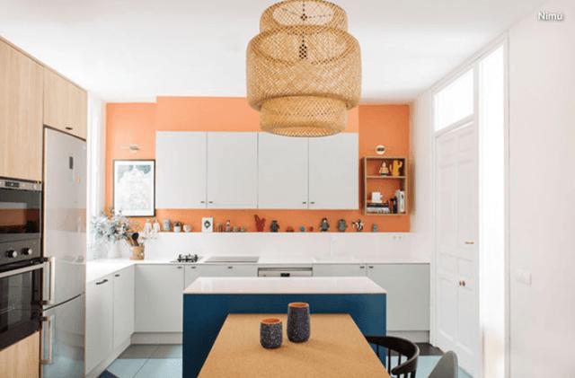 Yumuşak turuncu boyalı bir mutfak
