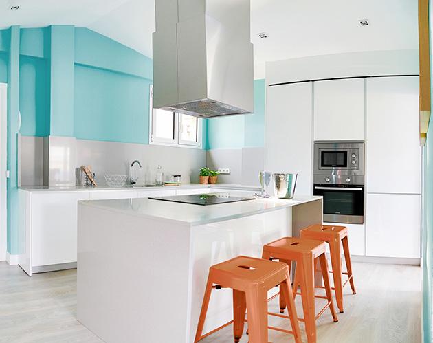 Turkuaz mavisine boyanmış bir mutfak