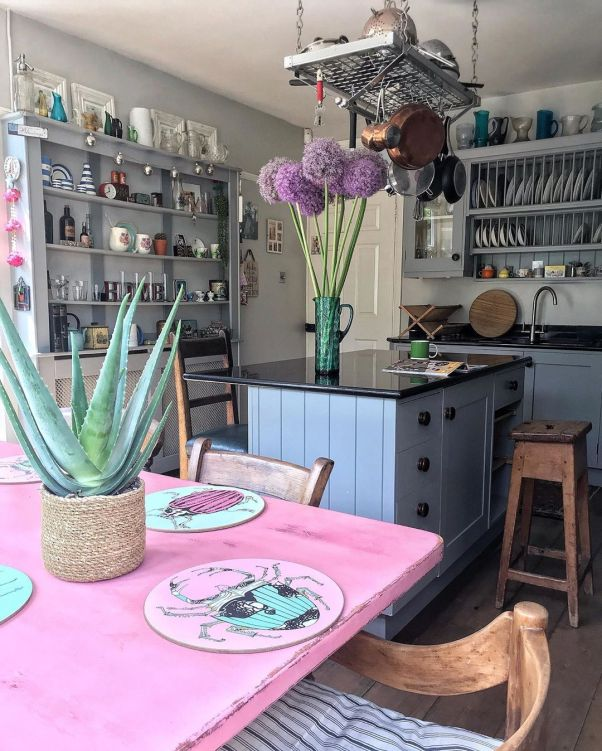 Açık gri boyalı mutfak