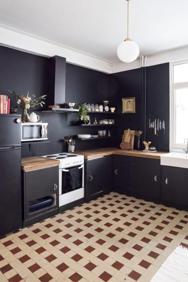 Siyaha boyanmış bir mutfak