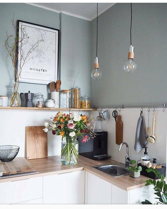 Yumuşak nane yeşili ile boyanmış bir mutfak