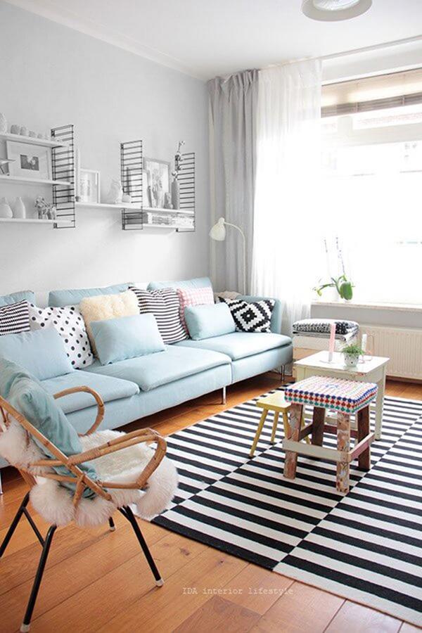 Pastel gri ve mavi tonlarda boyanmış ve dekore edilmiş bir oturma odası