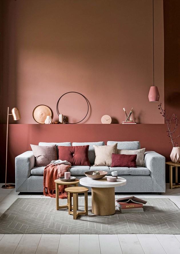 Gri kanepeli duvarlarda pişmiş toprak rengi