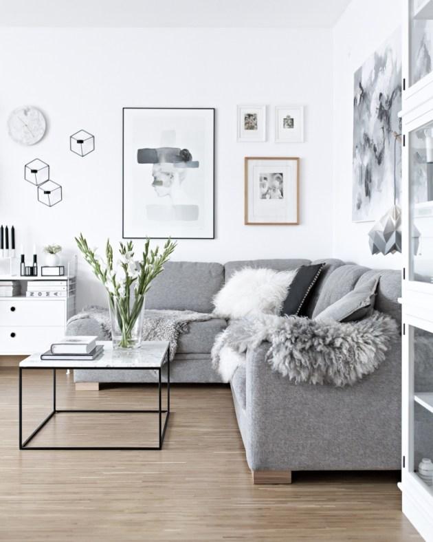Gri kanepe ile birleştirilmiş beyaz duvarlar