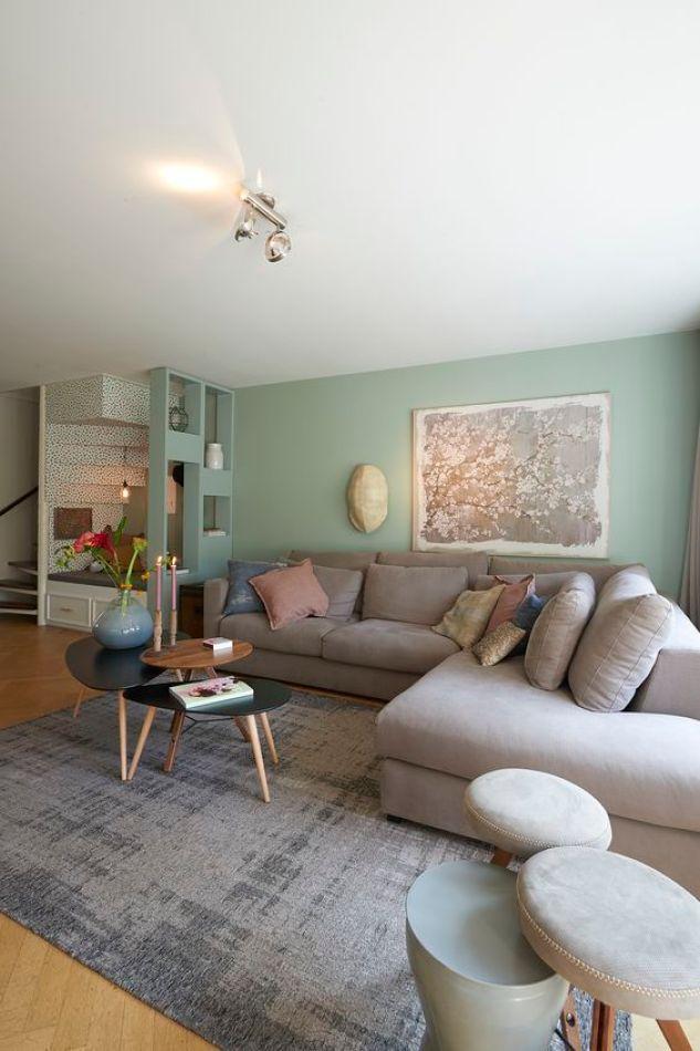 Gri bir kanepe ile birlikte yeşil bir duvar