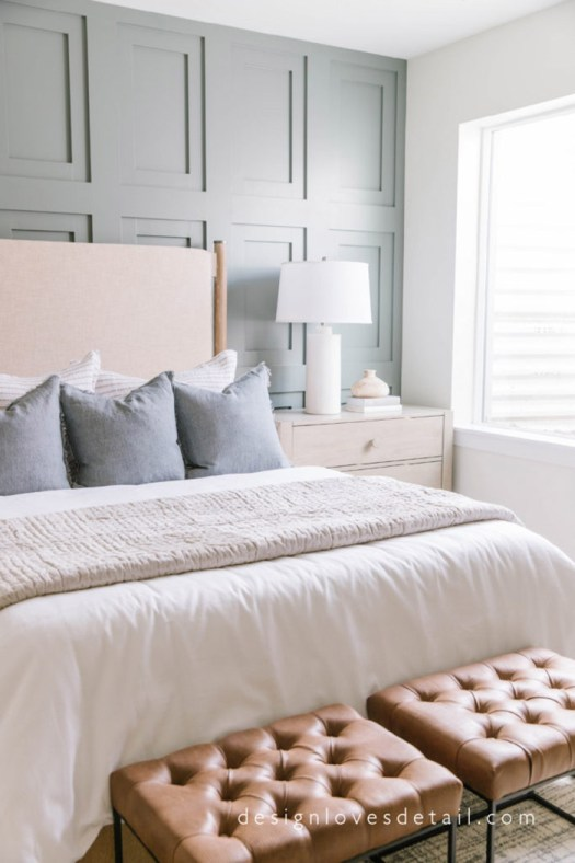 Dos banquetas de cuero para decorar el pie de cama