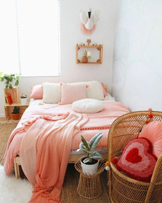 Pie de cama decorada con una butaca de mimbre