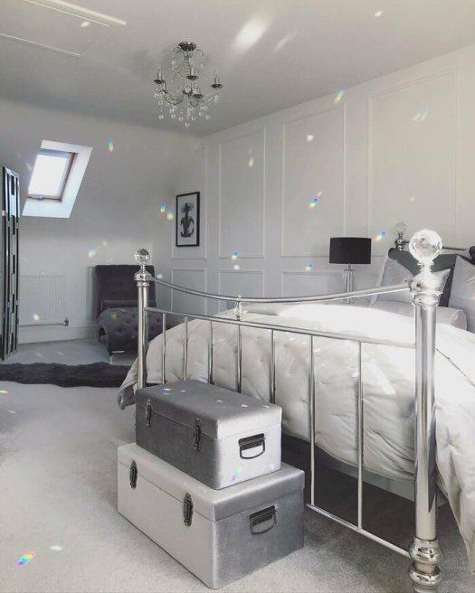 Pie de cama decorado con dos maletas