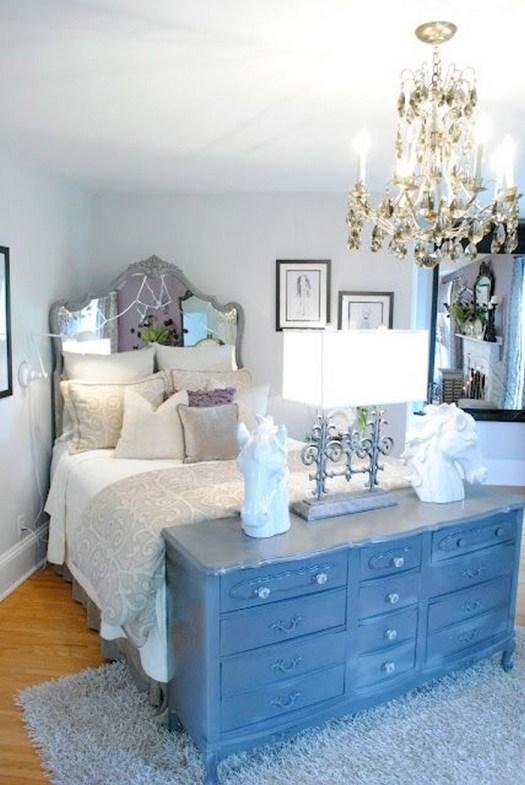Una cómoda antigua y clásica para decorar el pie de cama