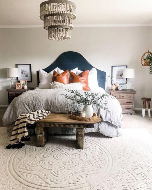 Una antigua mesa de centro para decorar el pie de cama