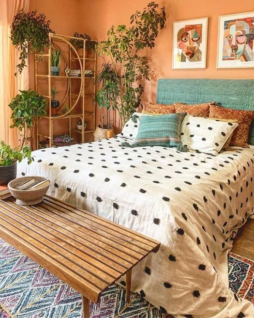 Dormitorio de matrimonio alegre y bonito en color melocotón