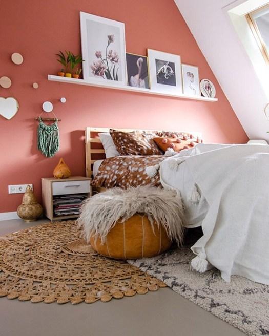 Dormitorio de matrimonio alegre y bonito en color terracota