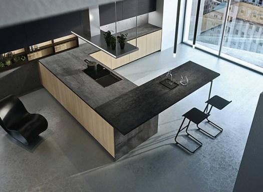 Cocina Arrital con encimera oscura haciendo contraste con los muebles de madera clara