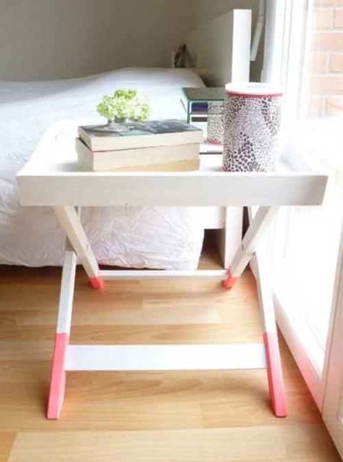 Beyaz ve pembe renkte orijinal bir başucu masası