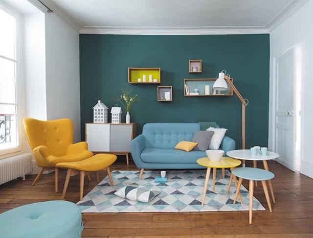 Koyu turkuaz ve beyaza boyanmış modern bir oturma odası