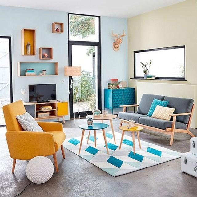 Açık mavi ve bej ile boyanmış modern bir oturma odası