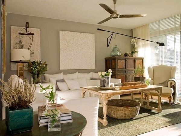 Beyaz mobilyalı yeşil bir oturma odası