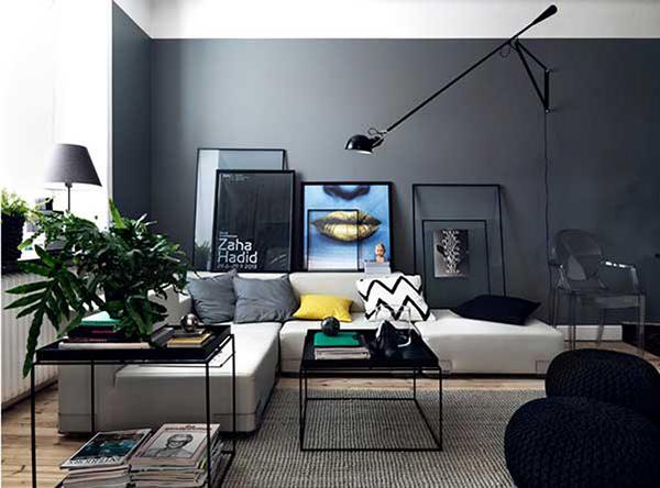 Beyaz mobilyalarla siyah boyalı oturma odası