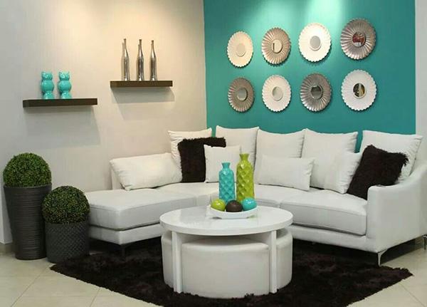 Turkuaz boyalı beyaz mobilyalı bir oturma odası