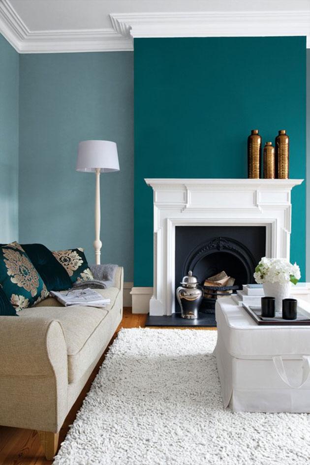 Beyaz mobilyalarla mavi ve yeşile boyanmış bir oturma odası
