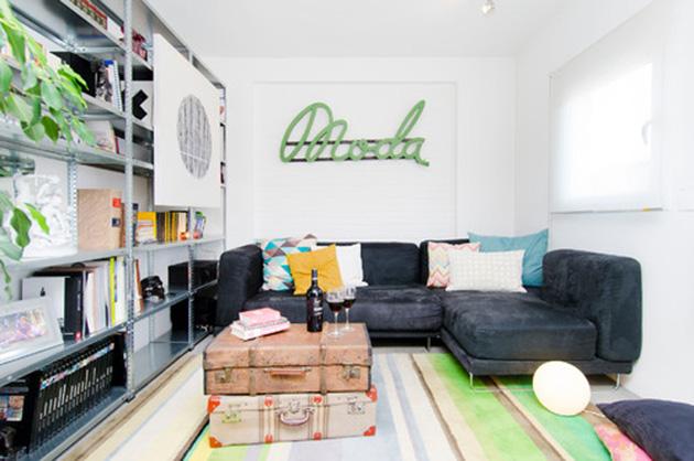 Metal raflı küçük bir oturma odası