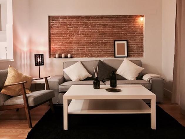 Çıplak tuğlalı küçük bir oturma odası