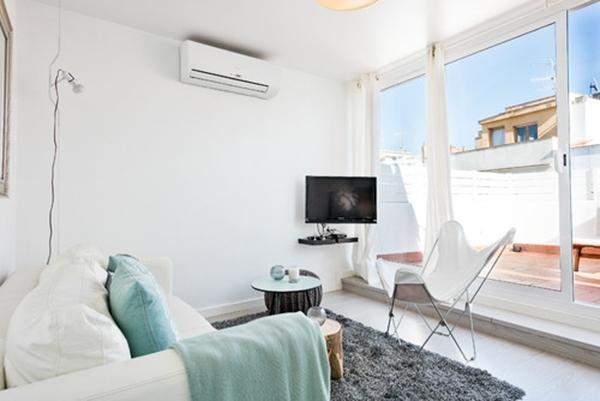 Bembeyaz küçük bir oturma odası