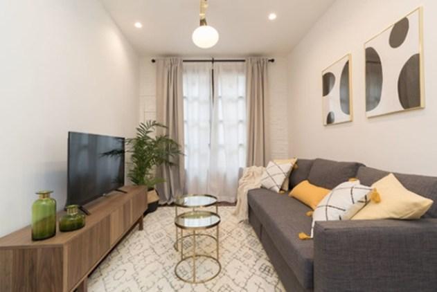 Nötr tonlarda dekore edilmiş küçük bir oturma odası