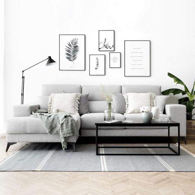 Beyaz ve gri minderli gri bir kanepe